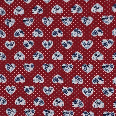 Pamutvászon kék virágok szívecskékben piros tűpöttyös alapon